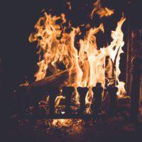 Lodernde Flammen im Kaminofen