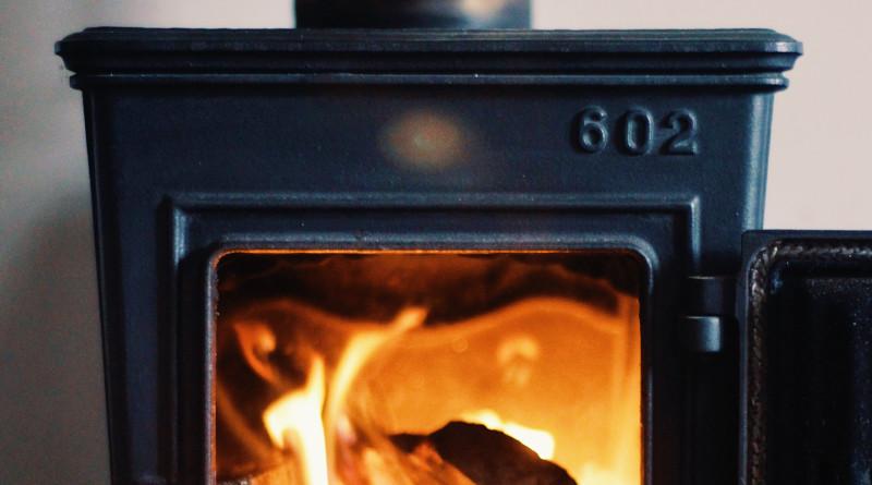 Platzsparender Kaminofen mit loderndem Feuer